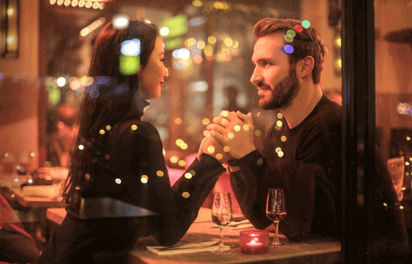 Is Hinge Different From Tinder - mature couple on a date
